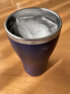 大きな氷をタンブラーに