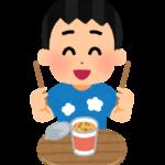 カップ麺を食べる男性