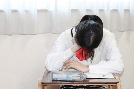 寝不足な女子学生