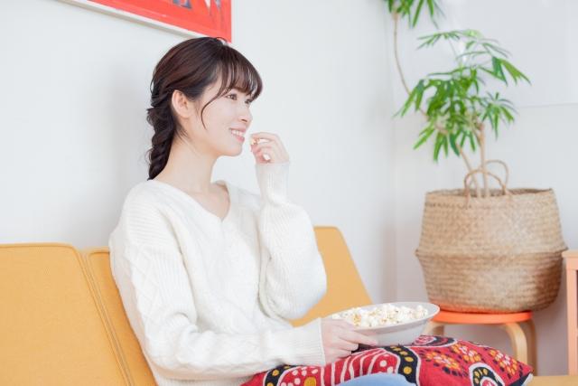 【Hulu】契約してわかった!おすすめできない理由?! お菓子を食べながらHuluを見る女性