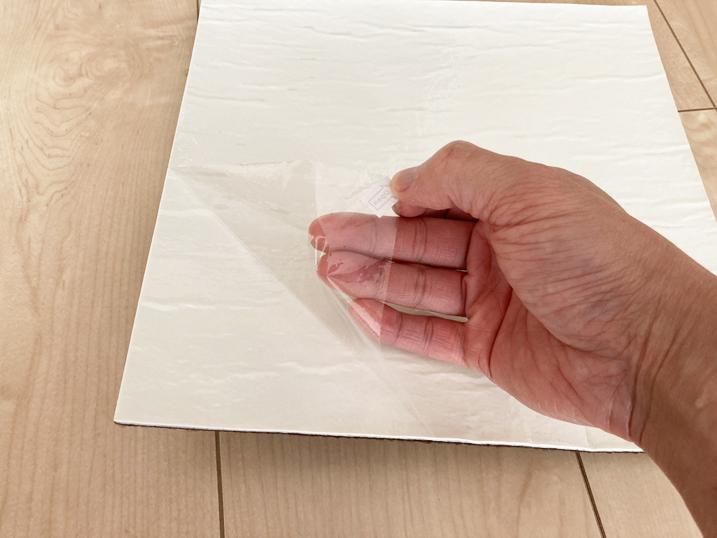 【BITTOP】老犬にやさしいペット用カーペット レビュー 剥離紙は簡単に剥がせます