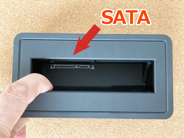 【HDD/SSDスタンド】古くなったPC内蔵HDDがそのまま使える!レビュー 本体スタンド内SATAコネクタ