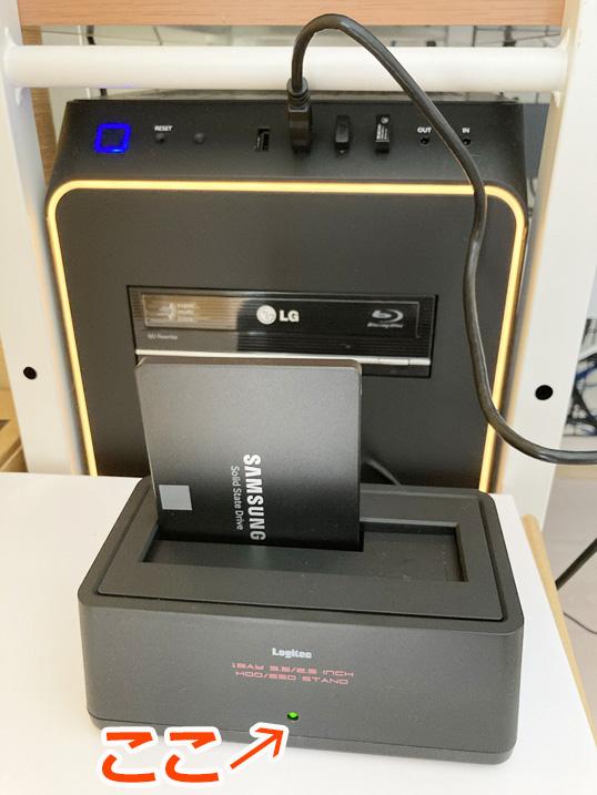 【HDD/SSDスタンド】古くなったPC内蔵HDDがそのまま使える!レビュー 本体スタンド正面のLEDが緑に点灯する