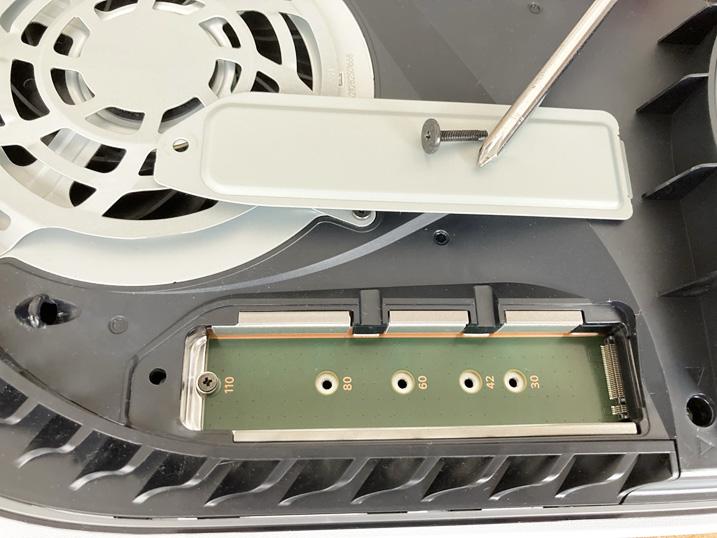 【PS5】簡単に増設できる超オススメなM.2 SSDを装着してみたよ! 増設用SSDスロットのカバーを開ける